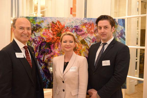 Treue Gäste der Nowruz-Events von Honorarkonsul Kourosh Pourkian (l.): Oksana Tarasyuk (m.), Generalkonsulin der Ukraine, und André Pilling (r.), Geschäftsführender Gesellschafter von Eco Viva, vor einem Gemälde des Künstlers Sina Vodjani