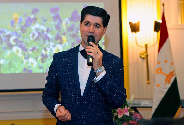 In seiner Heimat Tadschikistan ist Fahriddin Malik bereits ein Star. In Hamburg war der Musiker und Komponist zum ersten Mal zu Gast und sorgte mit seinen Liedern bei den Gästen des Galaabends für heitere Nowruz-Stimmung.