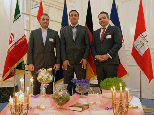 Diplomatie trifft Politik am Haft Sin: Mohammad Reza Heidarzadeh (l.) von der iranischen Botschaft in Berlin und Majid Khieri (m.) vom iranischen Generalkonsulat in Hamburg mit dem iranstämmigen Hamburger Bürgerschaftsabgeordneten Danial Ilkanipour (r.)