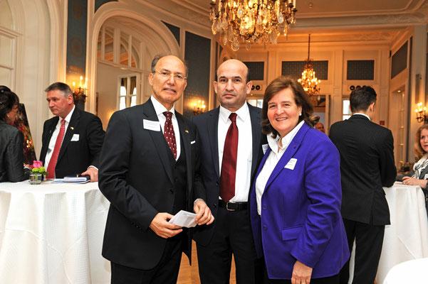 S.E. Maliksho Nematov (m.), Botschafter der Republik Tadschikistan, und Honorarkonsul Kourosh Pourkian (l.) mit Honorarkonsulin Petra Baader (r.). Die Lübeckerin ist CEO der Baader Group, Weltmarktführer im Bereich der Fisch- und Geflügelverarbeitung