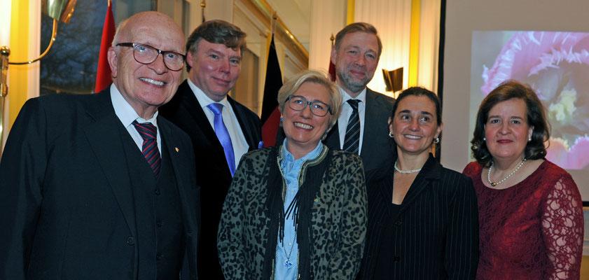 Berufs- und Ehrenkonsuln unter sich (v.l.): Prof. Dr. Gerd-Winand Imeyer (Bulgarien), Dr. René Schröder (Weißrussland), Petra Hammelmann (Tansania), Ivan Khotulev (Russische Föderation), Elizabeth Bogosián (Uruguay) und Petra Baader (Norwegen)