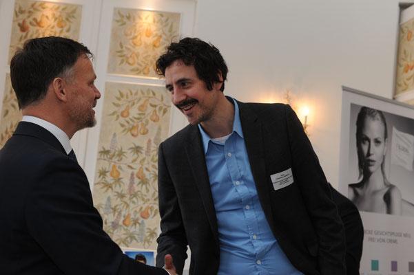 Johannes Edelhoff (l.), Journalist beim Norddeutschen Rundfunk (NDR), im Gespräch mit Christoph Schneider (r.), Geschäftsführer der Limmatkontor GmbH in der Schweiz.