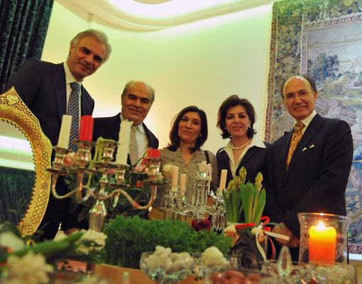 Samad Monadjem von BIU Bund iranischer Unternehmer e.V. (l.) und Mohammad Reza Nobari, Teppich Palais Djavad Nobari (2.l) mit ihren Gattinnen und Kourosh Pourkian, Präsident der Hafis-Gesellschaft (r.)