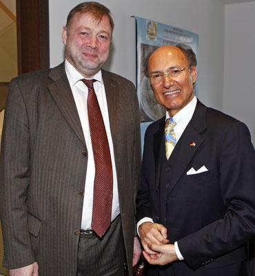 Der Generalkonsul  der Russischen Föderation Ivan Khoutelev (l.) und Kourosh Pourkian (r.), Honorarkonsul von Tadschikistan