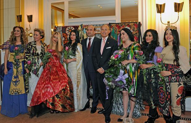 Überraschung für die Galagäste: eine Modenschau mit Kreationen der renommierten tadschikischen Modedesignerin Maknuna Niyozova (3.v.r.)