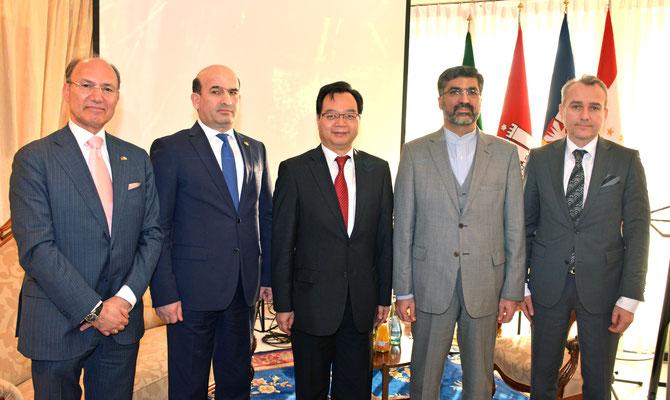 S.E. Maliksho Nematov (2.v.l.) und Honorarkonsul Kourosh Pourkian (l.) mit Generalkonsuln (3. bis 5.v.l.), in deren Heimat Nowruz überall bzw. regional gefeiert wird: Congbin Sun (China), Seyed Saied Seyedin (Iran) und Mehmet Fatih Ak (Türkei)