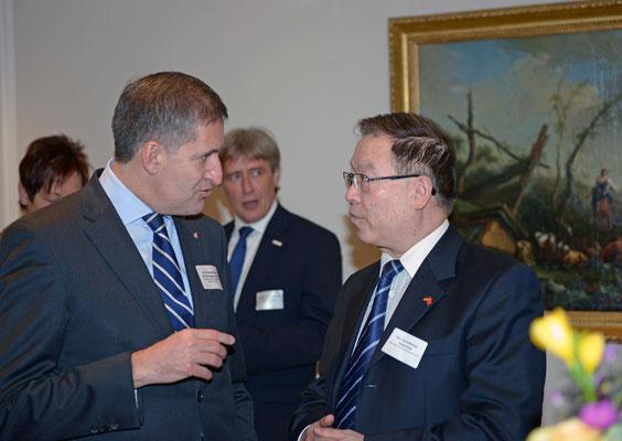 Networking - Honorarkonsul Michael Eggenschwiler (l.), Vorsitzender der Geschäftsführung, Flughafen Hamburg GmbH, mit Huiqun Yang, Generalkonsul der Volksrepublik China