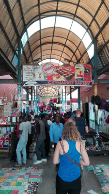 Der Kontrast: eine der riesigen Markthallen
