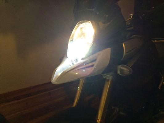 Suzuki V-Strom monta un Kit LED mod. TKL9-H9 - UPDATE - Canbus - Dettaglio Faro - Anabbagliante ALOGENO + Abbagliante LED