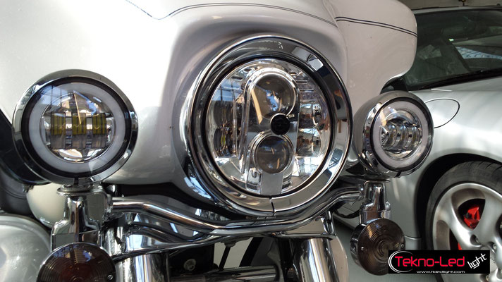 HARLEY-DAVIDSON monta: Farlo Centrale: Faro FULL LED Mod. TKLFAR-80-WHITE Fari Laterali: Coppia Fari FULL LED con ANGEL EYES Mod. FAR 1-30 AE
