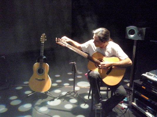 Julio García afinando la guitarra, prueba de sonido y luces. Presentación de The warmest place, Teatro MIRA de Pozuelo.