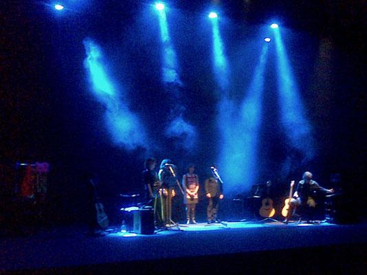 The warmest place. The end of the show Julio García (guitarra), Marisa, Rubén,  Ana, Carmen y Mark (voces)