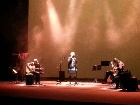 The warmest place. Dia a dia con Julio García e Isidro Solera (guitarras), Carmen Ros (voz)