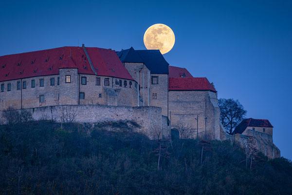 Vollmond über Schloss Neuenburg in Freyburg/Unstrut