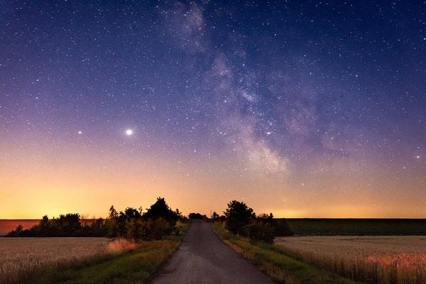 Das Zentrum der Milchstraße über einem Feld in Querfurt
