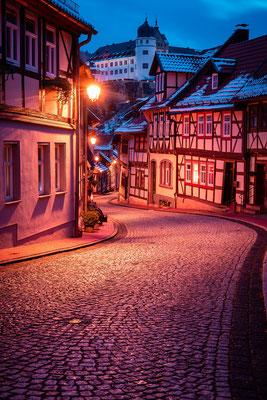 Fachwerk und Schloss in Stolberg am Abend im Winter