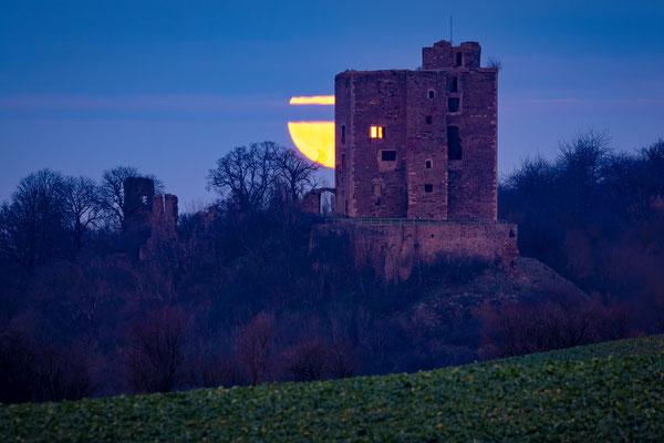 Vollmond hinter Burg Arnstein in Harkerode