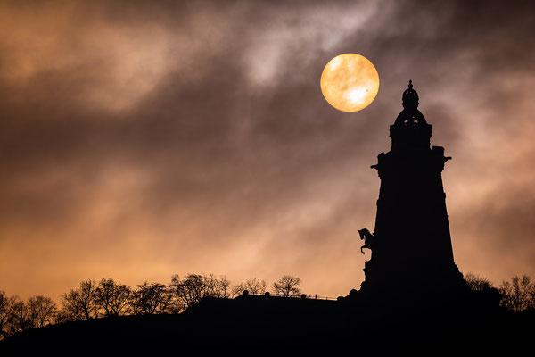 Kyffhäuser Denkmal und Sonne mi Sonnenflecken hinter Nebel