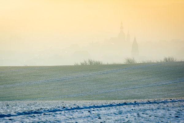 Die Türme von Eisleben im Nebel an einem Wintermorgen