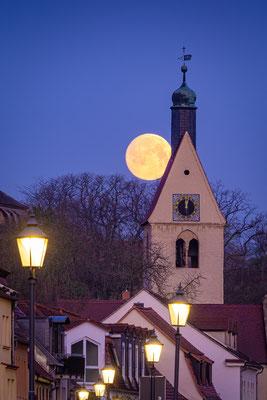 Neumarktkirche St. Thomae in Merseburg mit Vollmond