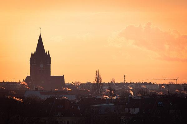 Pauluskirche im Sonnenaufgang im Winter