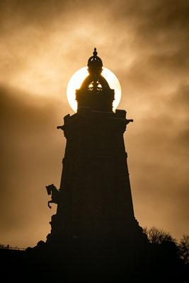 Sonne und Nebel hinter dem Kyffhäuser Denkmal