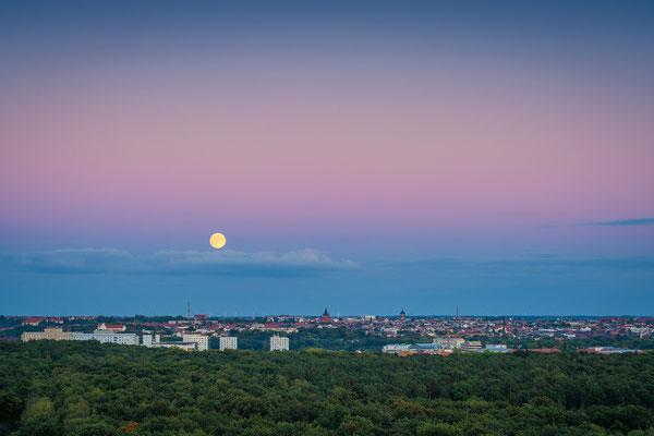 Aufgang Vollmond über der Stadt - Blick vom Kolkturm