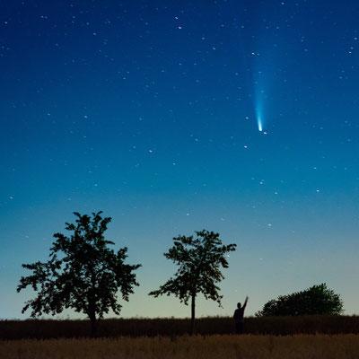Komet Neowise über einem Feld in Helbra