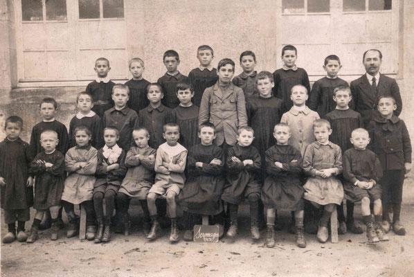 L'école de Sermages, Nièvre, 1923. Mon grand-père au milieu du dernier rang.