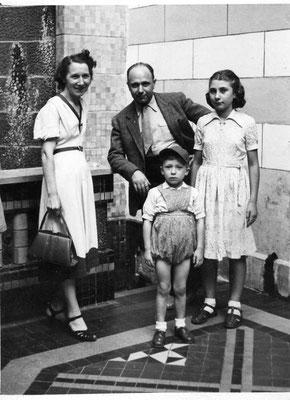 Mes grands-parents maternels, avec ma mère et son frère, années 50