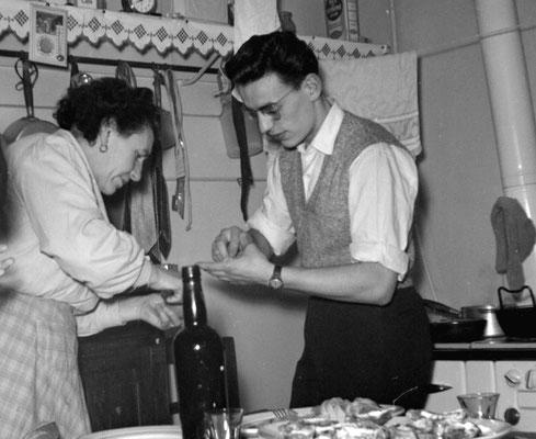Mon père et ma grand-mère, dans la cuisine d'Alforville, années 50.