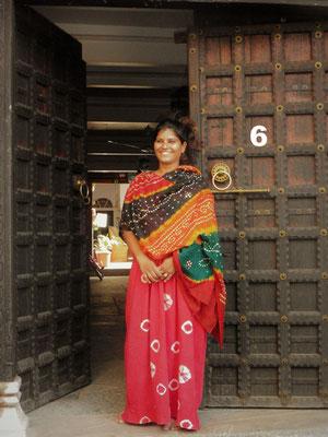 Bei unserem Besuch in Chittorgarh, Indien verbrachten wir eine Nacht hinter dieser Tür im Haus einer gastfreundlichen indischen Familie. Zusammen mit unserer Gastgeberin kochten Susanne, Kornelia und Volker ein leckeres vegetarisches Dinner.