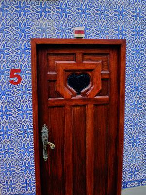 """Diese Tür führt zum """"stillen Örtchen"""" in unserem Hotel in Porto, Portugal, eingerahmt mit den typischen blauen """"Azulejos"""" Kacheln. Hier feierten meine Geschwister und ich mit unserem Vater seinen 75. Geburtstag. In dem Hotel, nicht auf der Toilette."""