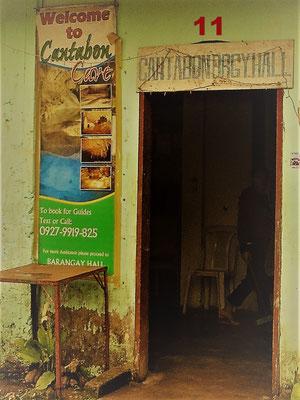 Diese Tür führt in einen kleinen, dunklen Kramladen auf der philippinischen Insel Siquijor. Auf der Hexeninsel habe ich Joaquina und Juanita getroffen, Heilerinnen, die mit ihren Kräutertinkturen Krankheiten heilen können. Auch meine Rückenschmerzen.