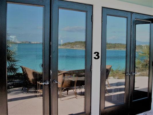 Auf unserer Inforeise auf die Bahamas durften wir eine Nacht in einer Villa auf einer Privatinsel in der Nähe von Eleuthera verbringen. Gefrühstückt haben wir auf der Terrasse, mit einem unvergesslichen Blick auf das türkisfarbige Meer zu unseren Füßen.