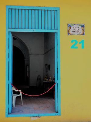 Diese Tür führt direkt ins Wohnzimmer eines Hauses in Trinidad, im Süden Kubas, an der Karibikküste. Das gelb blaue Haus ist genauso bunt und lebensfroh wie die ganze Stadt, die Hauptstadt von Salsa und Mojito.