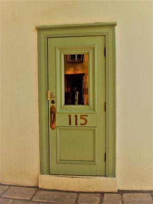 Diese Tür fanden meine Kollegin Verena und ich im frankokanadischen Ville de Québec, auf einer Recherchereise für unser Ostkanadaprogramm. Die Tür trägt tatsächlich die Hausnummer 115, so dass ich sie für die 15. Tür meines Adventskalenders gewählt habe.