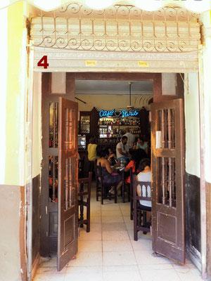 """In Havanna auf Kuba führt diese Tür ins """"Café de Paris"""", eine von vielen Bars in der Altstadt, wo an jedem Abend Live Bands mit feuriger Salsamusik zum Tanzen animieren. Sogar mich. Auch Ernest Hemingway hat hier schon seinen Mojito getrunken."""