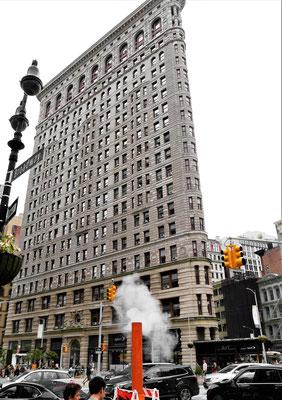 bügeleisenhaus new york mit dampfendem Schornstein