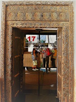 Diese kunstvoll verzierte Tür mit filigranen Holzschnitzereien führt ins Hotel Gemma auf der zu Tansania gehörenden Insel Zanzibar. Besonders interessant der Kontrast zwischen dem altem Holz und der modernen Glasschiebetür.