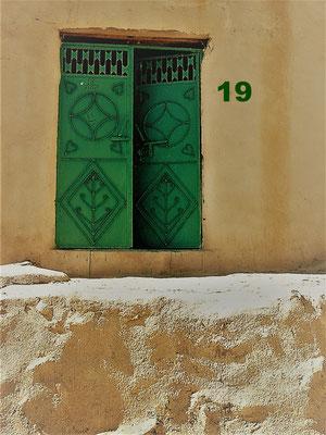 Diese grüne Eisentür befindet sich im Oman, an einem Haus in einem kleinen Dorf im Jebel Shams Gebirge, ganz in der Nähe der Stadt Nizwa. Überragt und bewacht wird das Dorf von einem alten Fort.