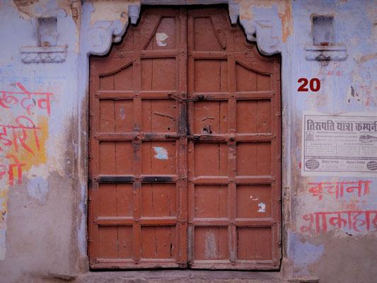 Dieses wuchtige braune Holztor führt in ein Haus im Dorf Deogarh, im indischen Bundesstaat Rajasthan. Übernachtet haben wir hier in einem tollen Maharadscha Palast auf dem Berg, an dessen Fuß das Dorf liegt.