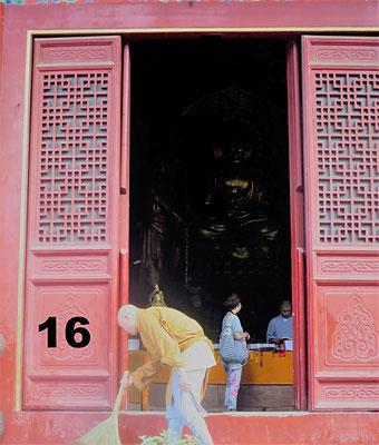 Ein Mönch fegt den Eingang zum Shaolin Kloster in Dengfeng, China, Ein Mönch fegt den Eingang zum Shaolin Kloster in Dengfeng, China, Ein Mönch fegt den Eingang zum Shaolin Kloster in Dengfeng, China, Ein Mönch fegt den Eingang zum Shaolin Kloster in Deng