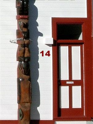 Diese schmale Tür, verziert mit einem geschnitzten indianischem Totempfahl haben wir in Haines gefunden. Wir kamen in der kleinen Stadt in Alaska früh am Morgen an, mit der Fähre aus Skagway. Müde, machten wir uns auf die Suche nach einem netten Café
