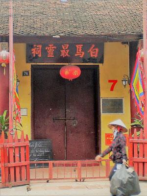 In der Altstadt von Hoi An in Vietnam stehen viele alte, unter Denkmalschutz stehende Häuser. Ich weiß nicht mehr, was sich hinter dieser Tür verbirgt. In einem der Läden gleich nebenan habe ich mir aber einen Anzug schneidern lassen