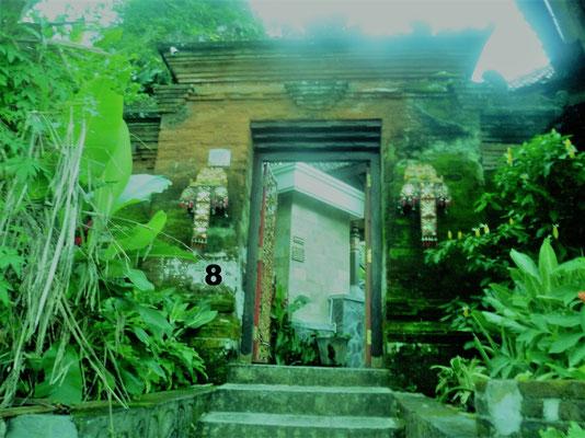 Dieses verwunschene Tor führt in den Wasserpalast Tirtagangga auf Bali, Indonesien. Meine Kollegin Kirsten und ich hatten die Möglichkeit auf unserer Inforeise hier zu übernachten. Eine grüne Oase der Ruhe und des Friedens.