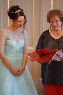 Friederike Böcher, Leiterin des Heinrich-Schütz-Hauses Bad Köstritz, stellt die neue Dahlienkönigin Jenny Graap dem Publikum vor