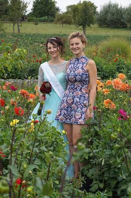 Zwei alte Schulfreundinnen - und Dahlienköniginnen - nebeneinander: Jenny I. 2018/19 und Anne-Sophie I. 2008/09