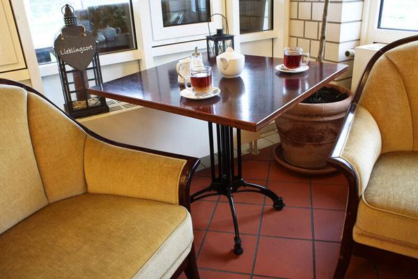 Gemütliche Sitzecke zum Entspannen nach dem Schwimmen bei einer Tasse Tee oder Kaffee und einem leckeren Stück Kuchen - Foto: Luca Fallico