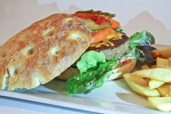 Unsere Speisen und Snacks im Bistro La Piscina im Freizeitbad Edingen-Neckarhaussen - Foto: Luca Fallico